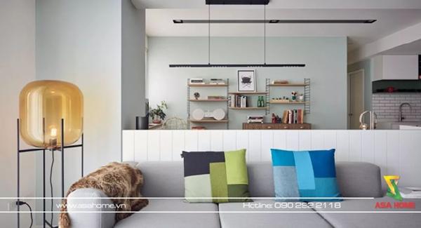 Khu vực tiếp khách sẽ đầy màu sắc với những chiếc gối trên ghế sofa và ấn tượng với những chiếc kệ treo tường đầy những đồ vật trưng bày nhiều kích cỡ, nhiều kiểu dáng, nhiều màu sắc.