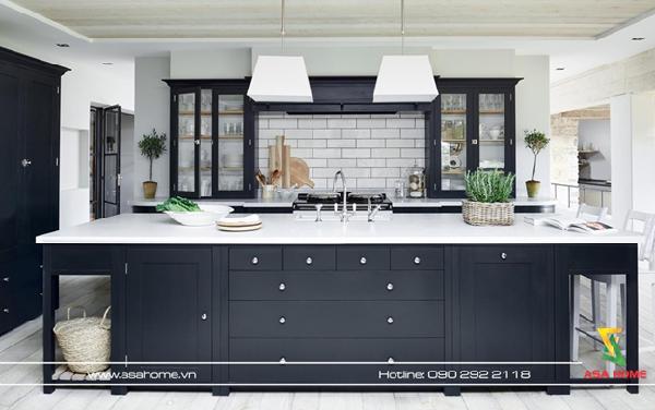 Sử dụng một chiếc tủ lớn vừa để đựng những vật dụng trong nhà bếp vừa làm bàn ăn là một cách để tiết kiệm không gian và làm cho nhà bếp của bạn trở nên tiện nghi cũng như trông không quá cầu kỳ.